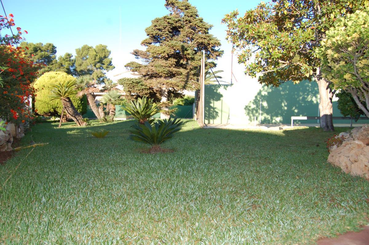 Jardín con frontón en chalet La Eliana