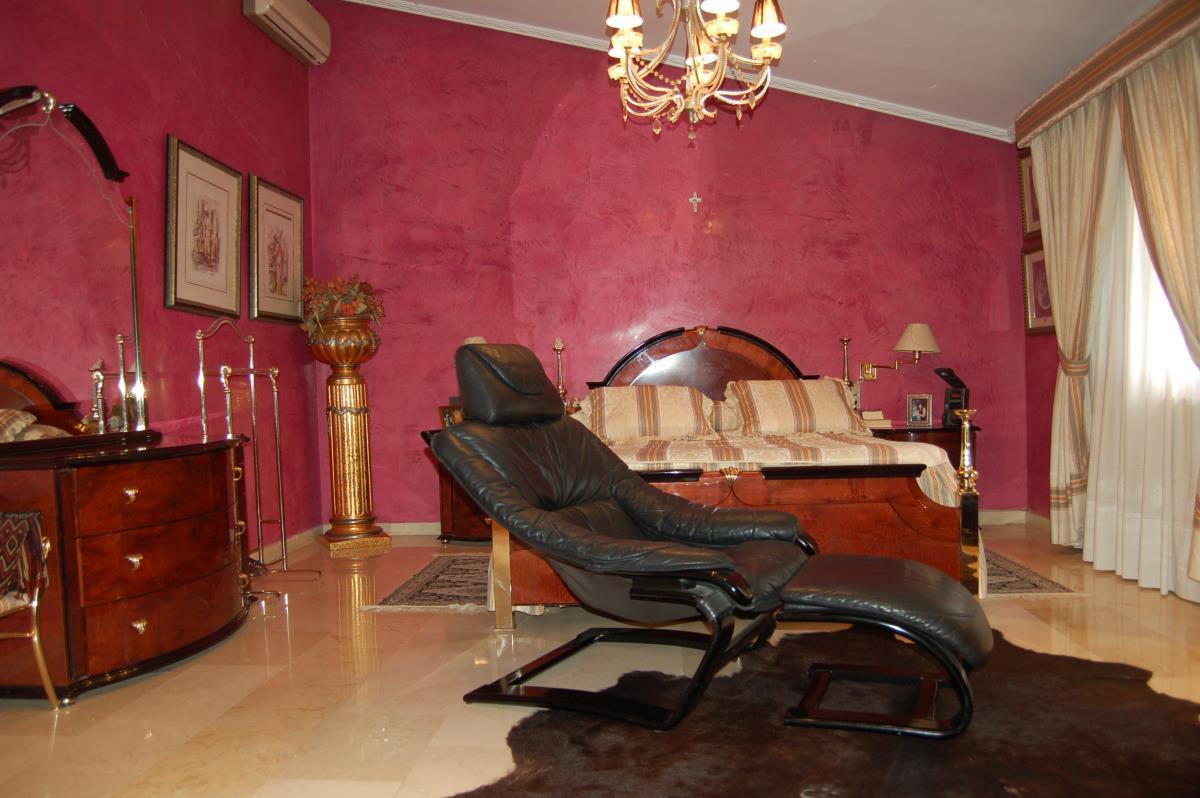 Dormitorio principal con bañera redonda hidro y ducha en Chalet La Eliana