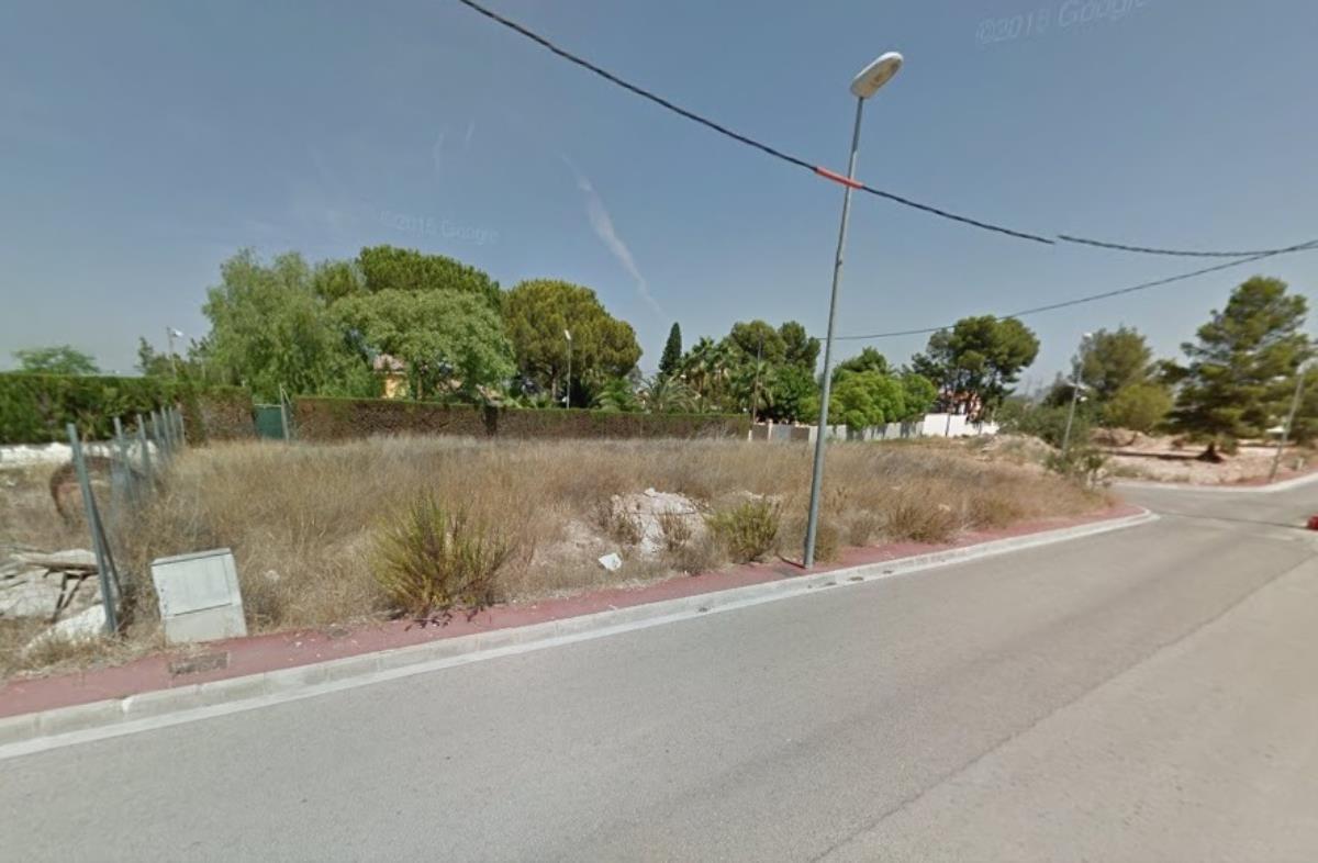 Parcela esquinera en urbanización Montesano con todos los servicios