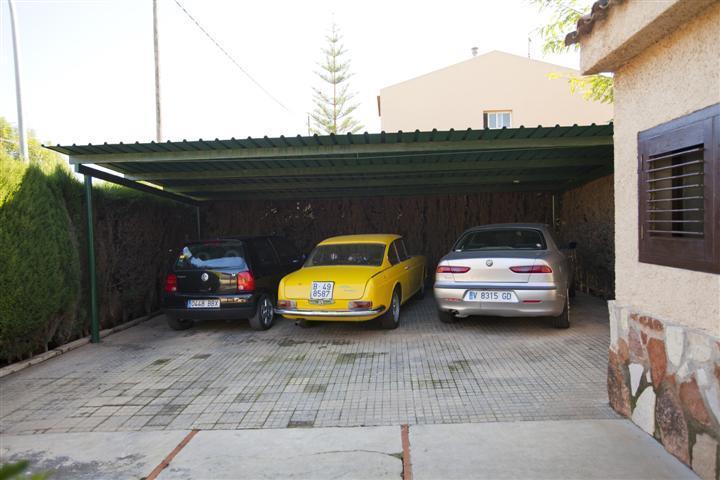 Parking cubierto exterior para 3 coches en chalet ocasión La Eliana