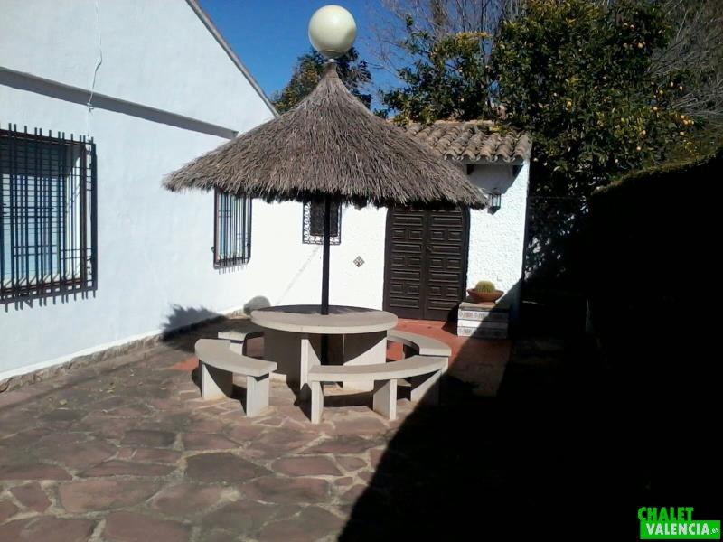 Cenador con paellero al fondo El Oasis La Eliana Valencia