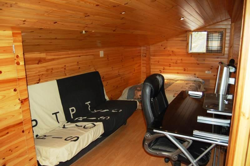 Habitación recubierta de madera en Entrepinos La Eliana Valencia