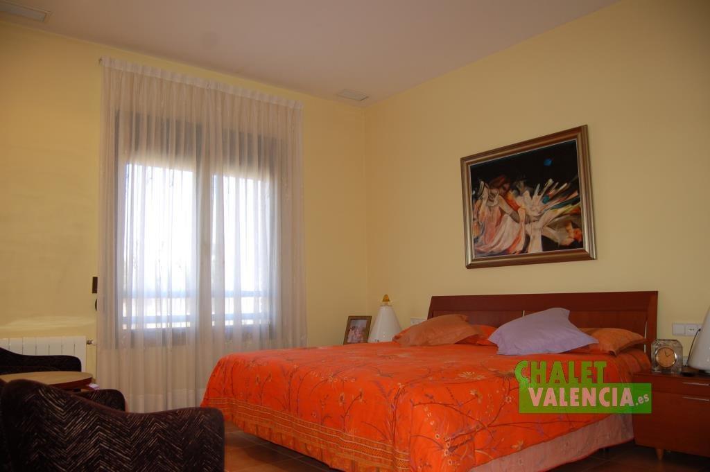 Dormitorio principal con vestidor y baño privado La Eliana pueblo