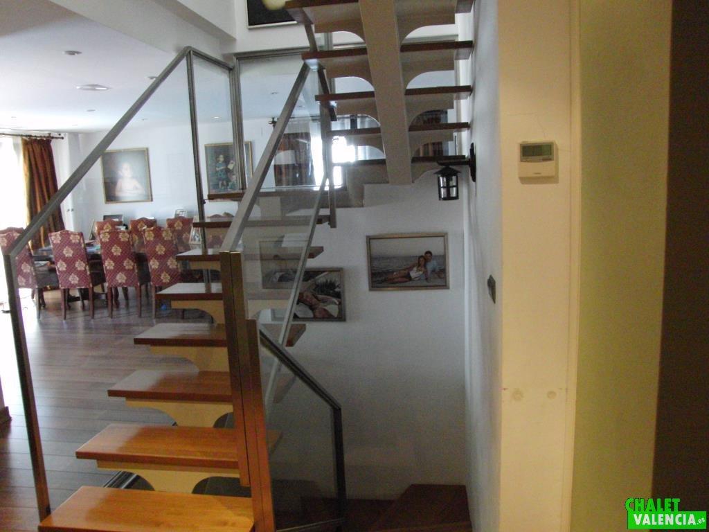 Escalera de diseño moderno en Chalet Valencia