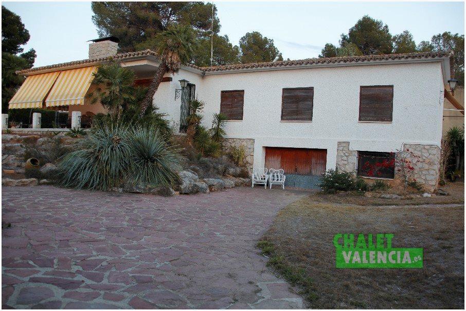 Entrada garaje junto a piscina Chalet Valencia