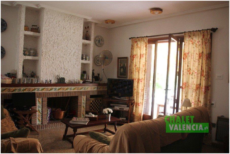 Salón con chimenea en Entrepinos La Eliana