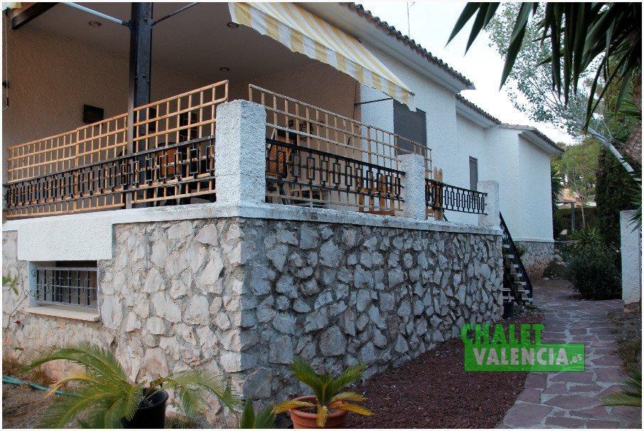 Terraza con entrada a la cocina, orientación sur y vistas a la piscina