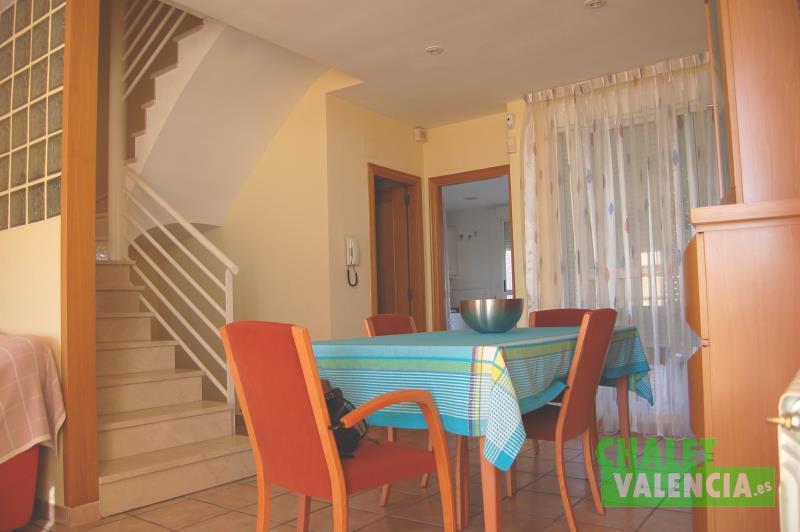 Foto comedor y escaleras desde recibidor Chalet Valencia