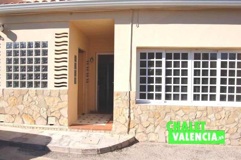 Entrada vivienda desde calle privada comunidad La Eliana