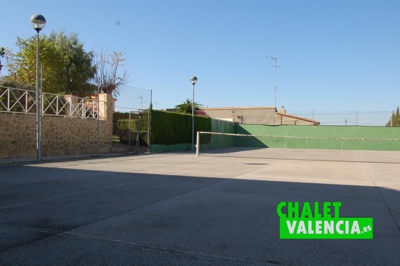 Pista de tenis junto a parking comunitario