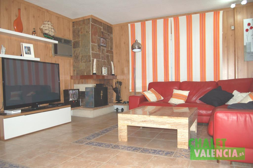 Salón con chimenea en urbanización Montepilar La Eliana