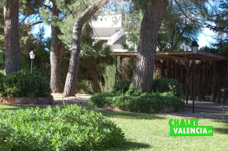 Pinada, jardín y garaje