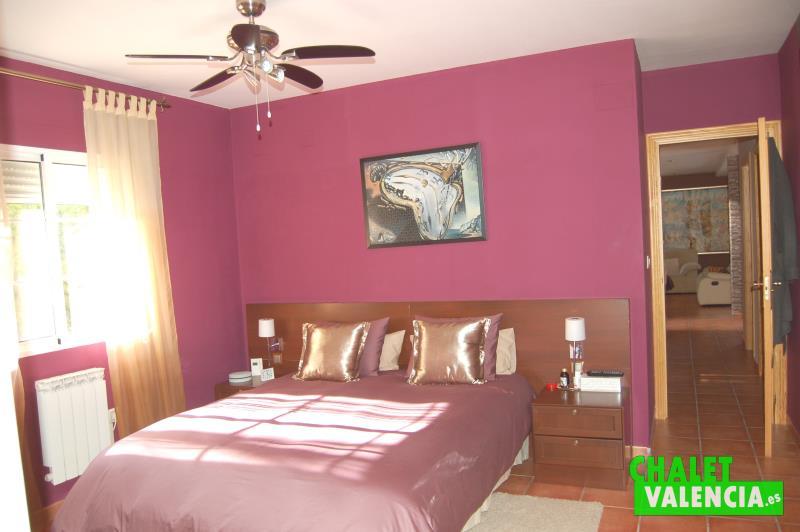 Habitación suite con vestidor independiente y baño