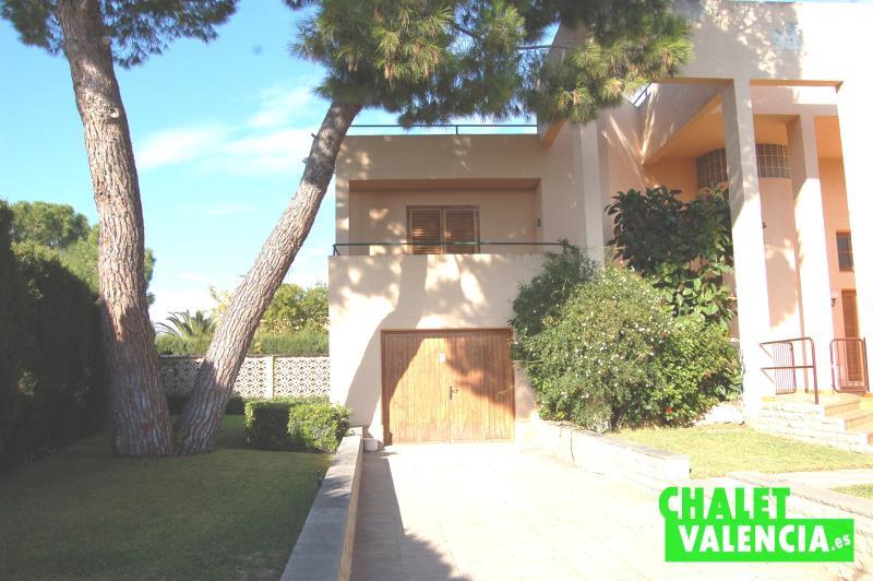 Fácil acceso a garaje integrado en vivienda en alquiler