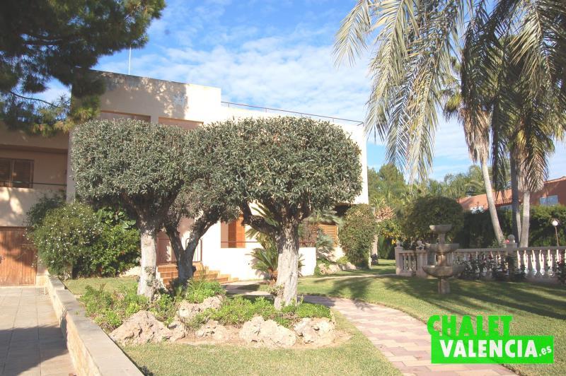Jardín entrada chalet alquiler eliana Valencia Hendaya