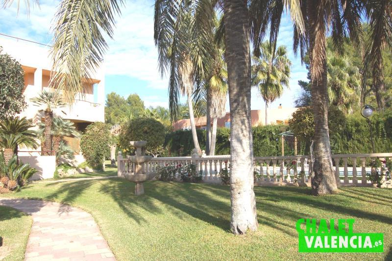 Jardín entrada piscina Chalet Valencia