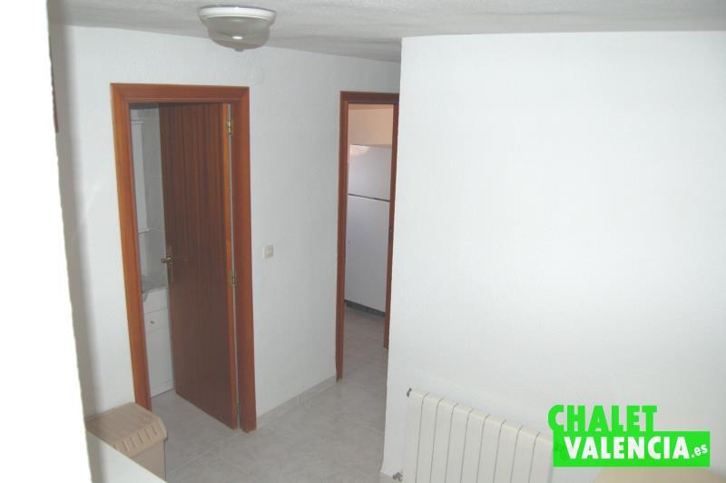Habitaciones y baño entre cocina y garaje