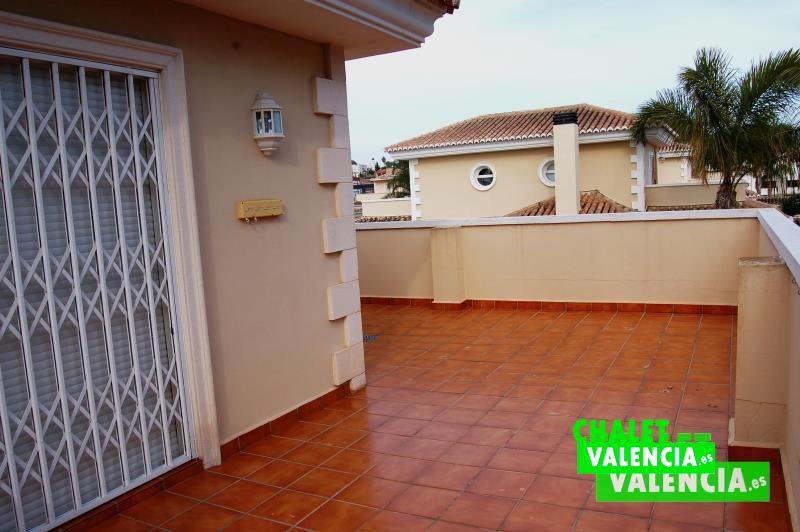 G2604-terraza-habitacion-chalet-el-paraiso-la-eliana-valencia