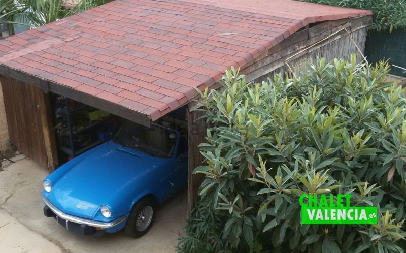 El chalet dispone de garaje exterior e interior en sótano