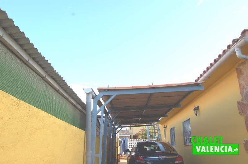 Garaje cubierto en exterior parcela