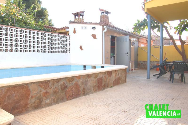 Zona de piscina y terraza