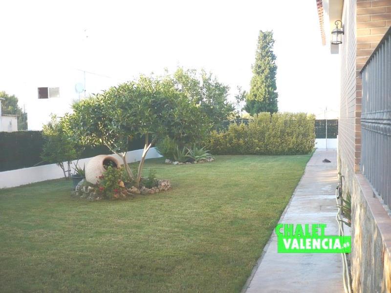 Lateral jardín chalet Valencia