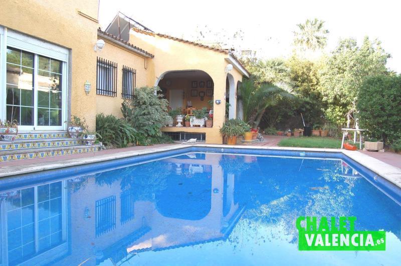Gran piscina independiente urbanización El Paraíso