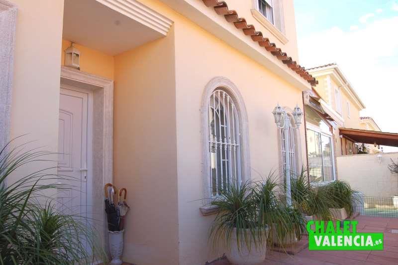 Entrada chalet ideal para vivir en Maravisa