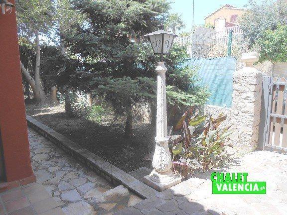 Jardín consolidado entrada chalet