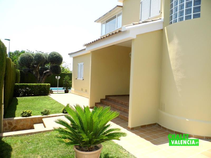 ENtrada bonito chalet Paraíso Eliana Valencia