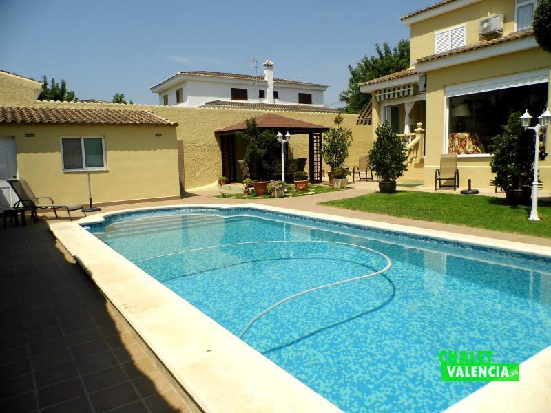 Bonita piscina escalera romana Eliana