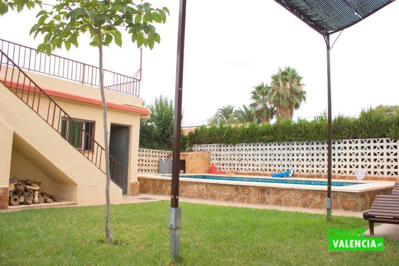 Chalet esquinero con piscina en montesol la eliana for Piscina jardin valencia
