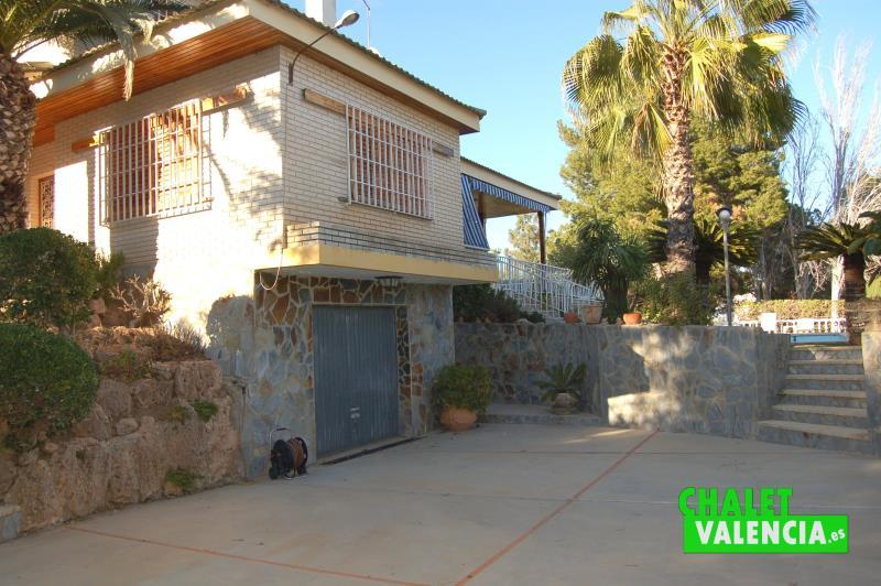 Entrada chalet Montealcedo  puerta garaje