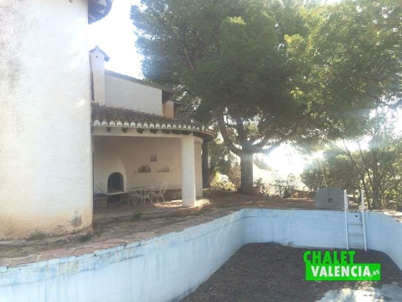 Terraza junto piscina horno árabe