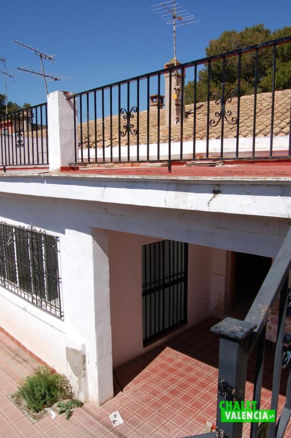 Escaleras a terraza superior casa de pueblo La Eliana