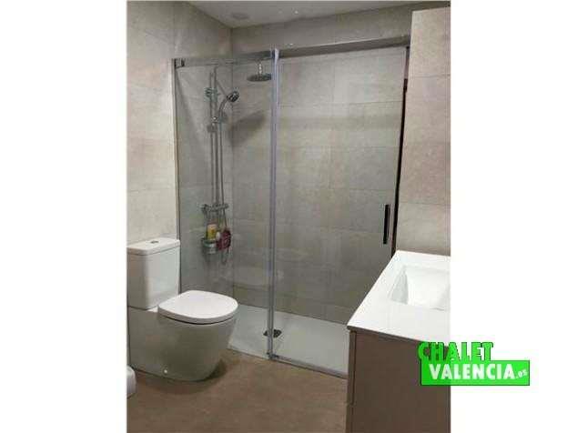 Chalet en alquiler con baños de diseño moderno
