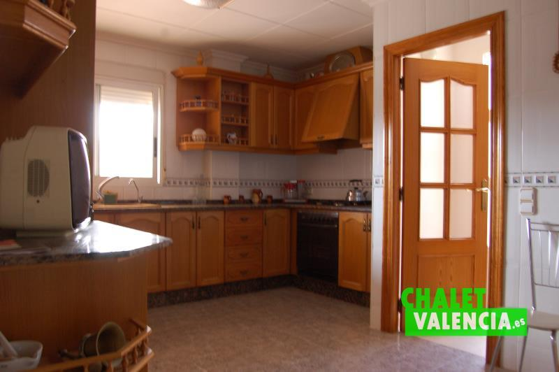 Cocina amplia con zona para mesa donde comer La Eliana Valencia