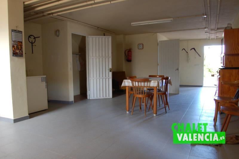Sótano - zona diáfana multifunción, con baño, caldera gasoil y cocina.