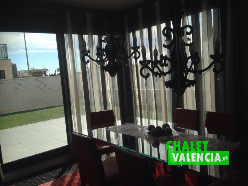 Comedor salón con grandes ventanales al jardín
