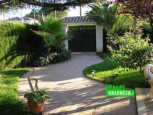 Entrada zona piscina y entrada principal chalet La Eliana