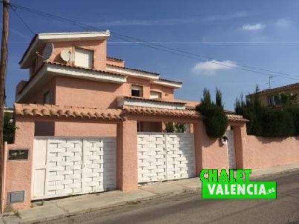 Fachada chalet de banco en urbanización Entrepinos La Eliana