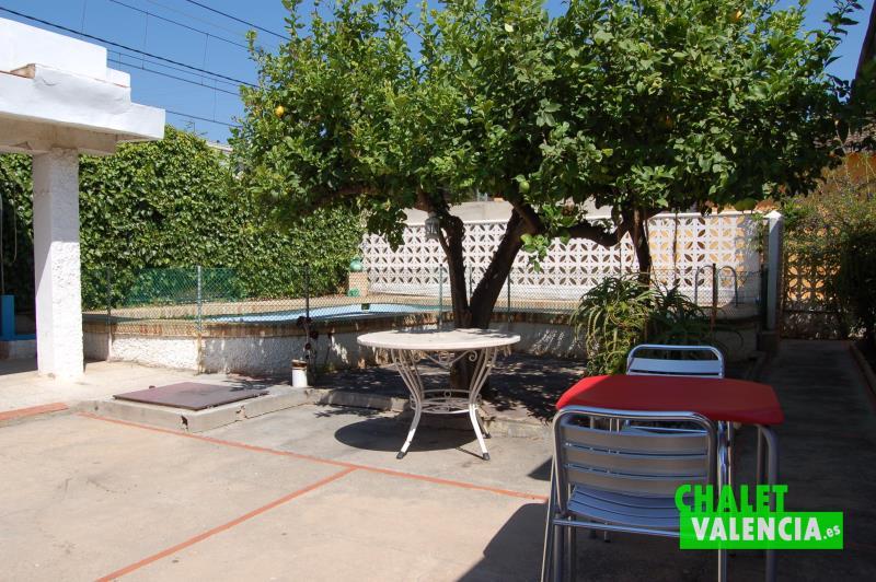 Zona de piscina junto parada Metro Valencia La Eliana