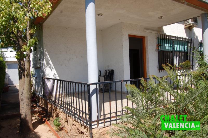 Terraza de entrada chalet independiente La Eliana