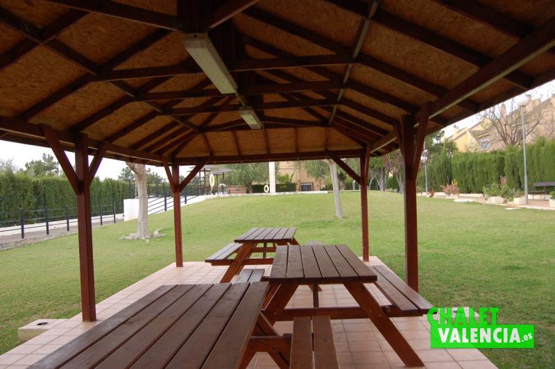 Cenador de madera en zona comunitaria Montecolorado