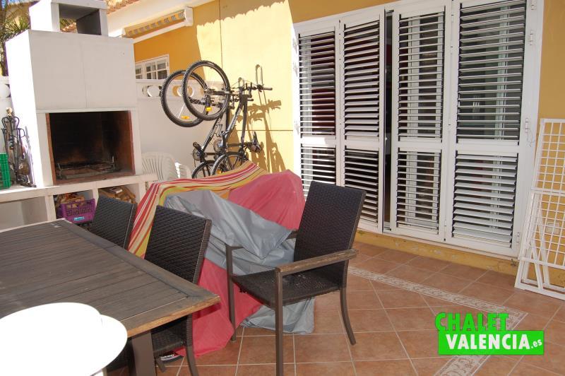 Terraza interior chalet adosado pueblo San Antonio Benageber