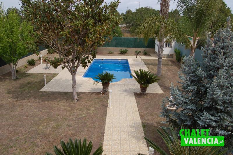 Vista jardín consolidado con piscina urbanización Colinas de San Antonio