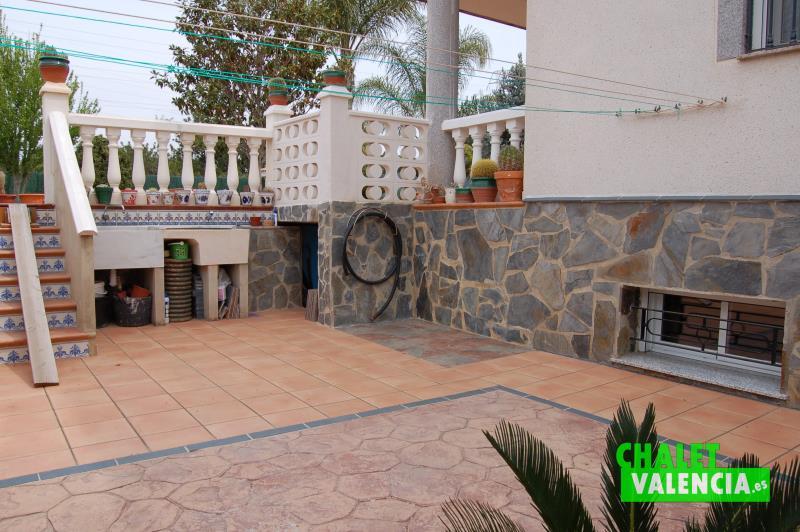 Lateral oeste del chalet con 3 suits en Colinas Valencia