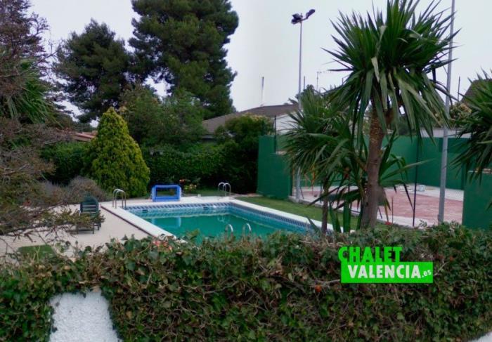Exterior piscina y padel chalet alquiler y venta Montepilar La Eliana