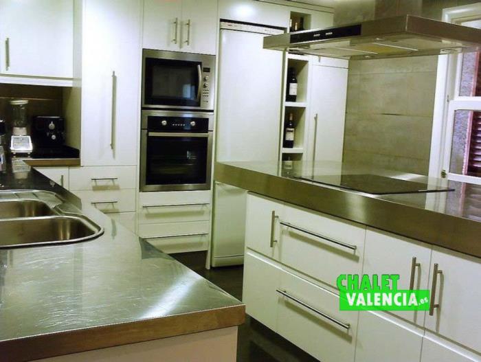 Cocina moderna en chalet en alquiler y venta en La Eliana