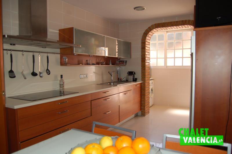 Moderna cocina con lavadero independiente que conecta con garaje y paellero